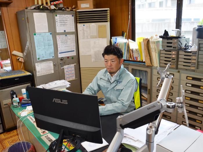 仕事中の轟木社長